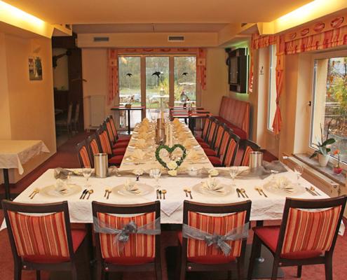 Das Landhotel Löwenbruch - Hochzeitstisch reich gedeckt im Restaurant »Zum Galloway«
