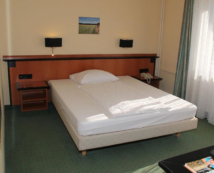 Das Landhotel Löwenbruch - Besipiel Zimmer / Bett