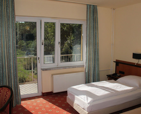 Das Landhotel Löwenbruch - Besipiel Zimmer mit Blick in den Garten