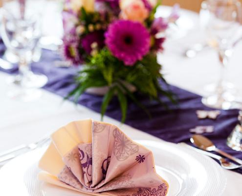 Das Restaurant »Zum Galloway« - Bild festlich dekoriert mit Servietten und Blumen
