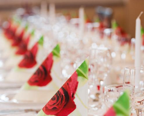 Das Restaurant »Zum Galloway« - Bild festlich dekorierte Tafel mit Servietten und Kerzen