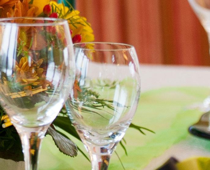 Das Restaurant »Zum Galloway« - Bild festlich dekoriert mit zwei Gläsern