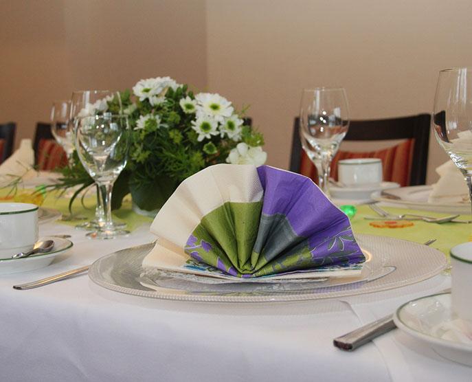 Restaurant »Zum Galloway« - Bild gedeckter Tisch mit Serviette und Blumen