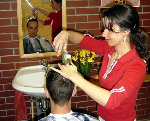 Das Landhotel Löwenbruch - Friseurin Mercedes Parschat bei der Arbeit