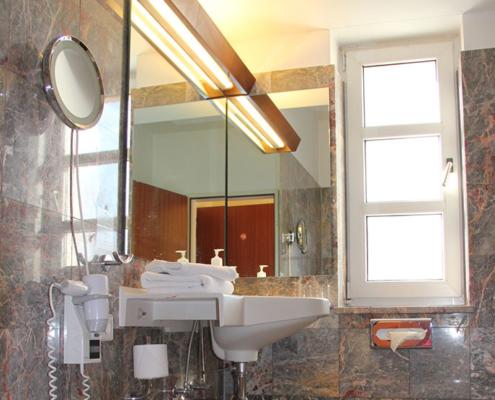 Landhotel Löwenbruch - Ansicht Bad - Waschbecken mit Utensilien