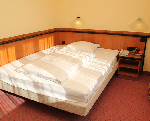 Landhotel Löwenbruch - Ansicht Zimmer mit Kingsize-Bett