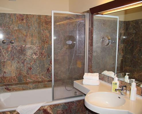 Landhotel Löwenbruch - Ansicht Zimmer mit Premiumbad und Badewanne