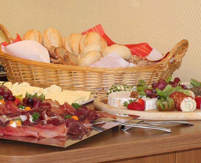 Das Restaurant »Zum Galloway« Bild Buffet mit Brötchen, Schinken, Käse und mehr