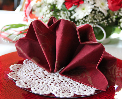 Besipel für Tischdeko im Restaurant »Zum Galloway« Platzteller in rot