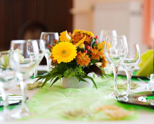 Stimmige Tischdeko mit Blumen im Restaurant »Zum Galloway«