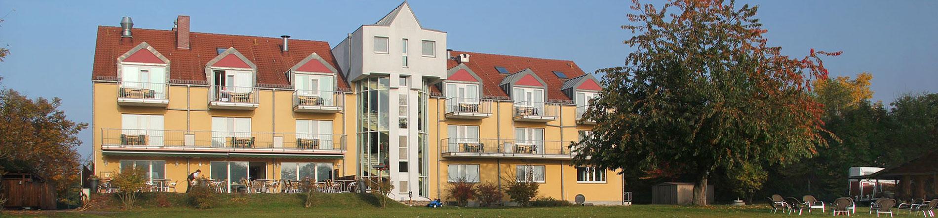 Headerbild Landhotel Löwenbruch in Ludwigsfelde - Gartenansicht